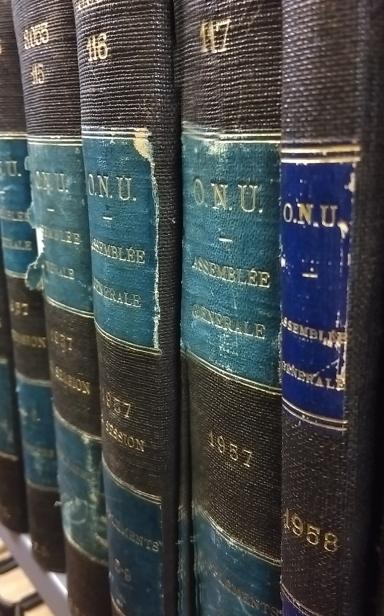 La bibliothèque est l'une des dépositaires de l'ONU. J'ai trouvé ces registres en me perdant (vraiment) dans rayons.