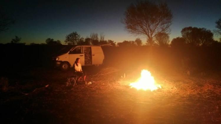 La vie au grand air et ses nombreux avantages: le feu de bois au milieu du désert.