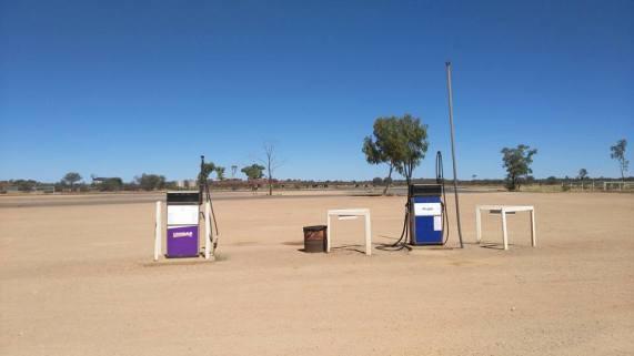 Les stations essences sont posées au milieu de nulle part pour les nombreux back packers et les habitants de l'outback.