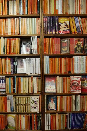 Les couvertures oranges des penguin books, l'équivalent de nos livres de poches français, créés dès 1936